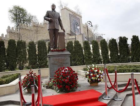 памятник Г.Алиеву